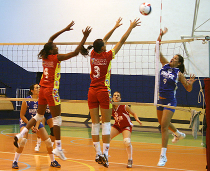 team sport vs individual sport essay Essay topics: some people prefer to play team sports, while others prefer to play individual sports discuss the advantages of each then indicate which you prefer and why paradise_shi's picture submitted by paradise_shi on mon, 11/ 11/2013 - 20:19 playing team sports or individual sports depend on some factors such.