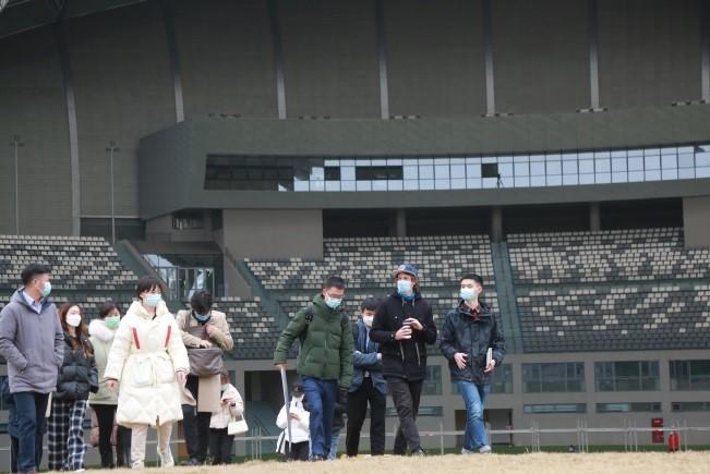 Oficiales de la FISU inspeccionando el sitio de la ceremonia de clausura de Chengdu